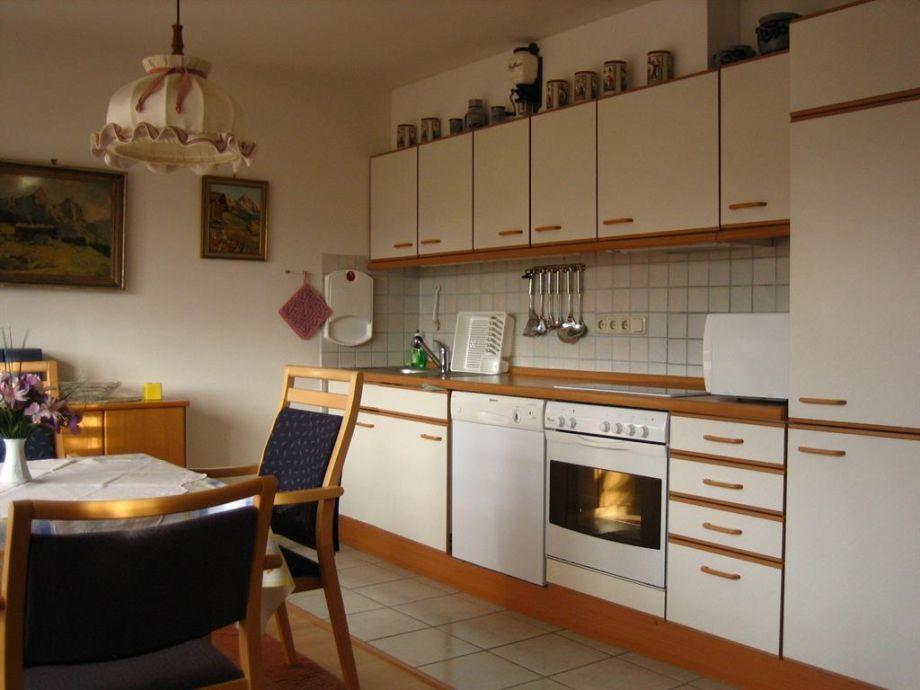 Modernes wohnzimmer mit offener küche und essbereich