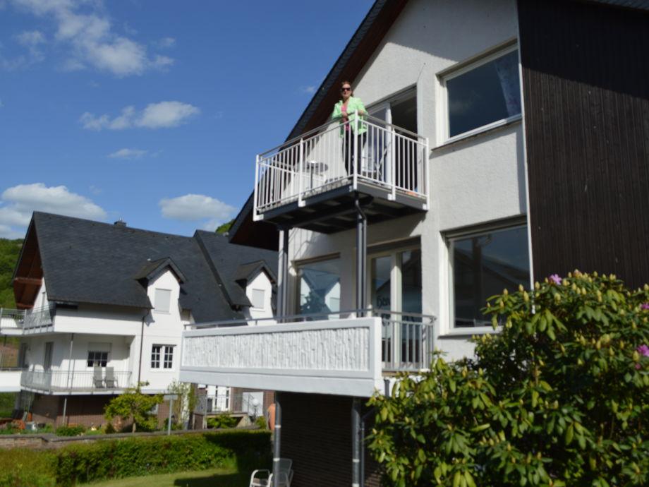 Außenansicht mit Balkon über der Mosel