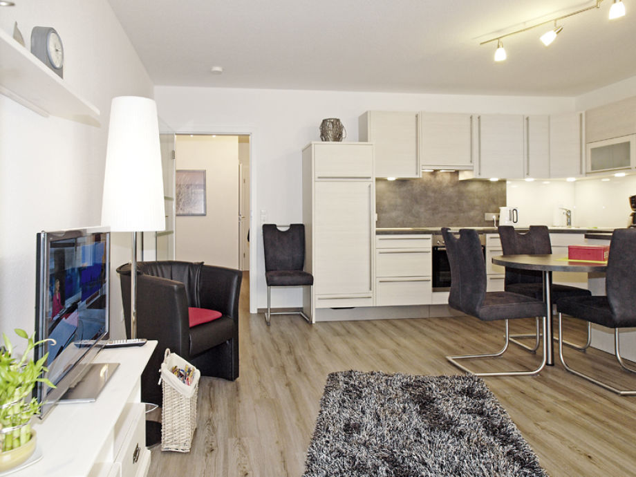 Wohnzimmer mit Blick zum Essplatz und zur Küche