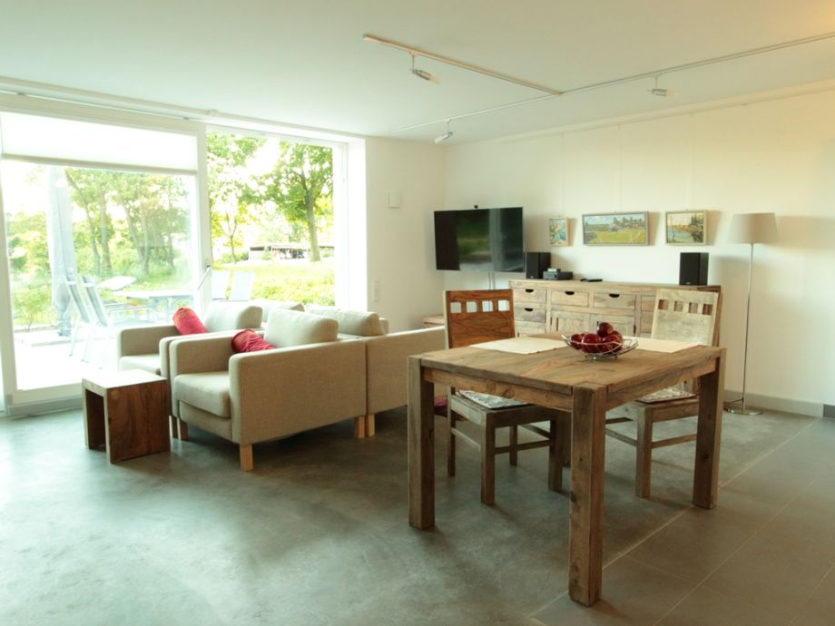 Wohnzimmer mit Essecke & großem TV