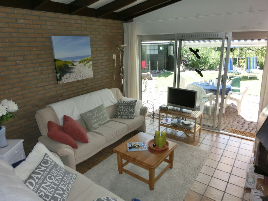 Wohnzimmer mit Kamin und Blick in Garten