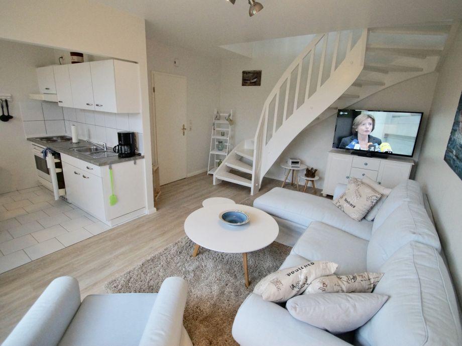 Wohnzimmer mit offener Küche und Treppe ins OG