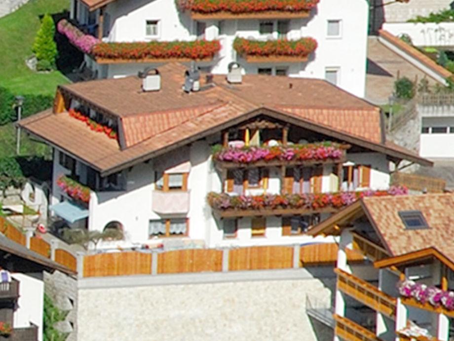 Liegewiese, Spielplatz, Grill, überdachter Parkplatz,