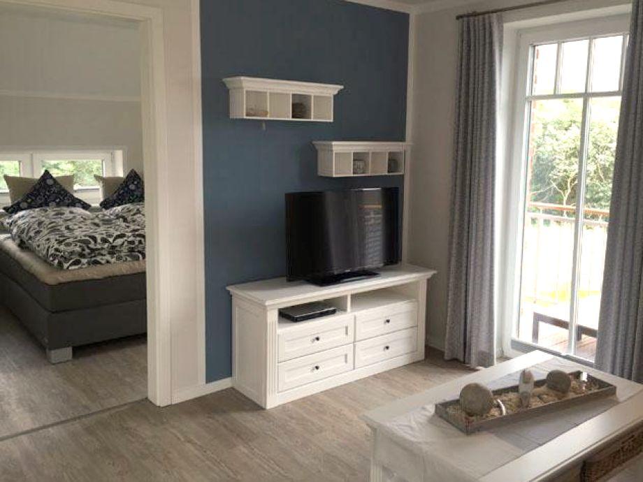 Wohnbereich mit offenem Zugang zum Doppelbett