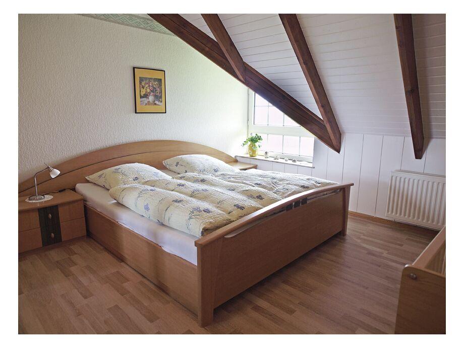 Behagliches Schlafzimmer unter Schrägen