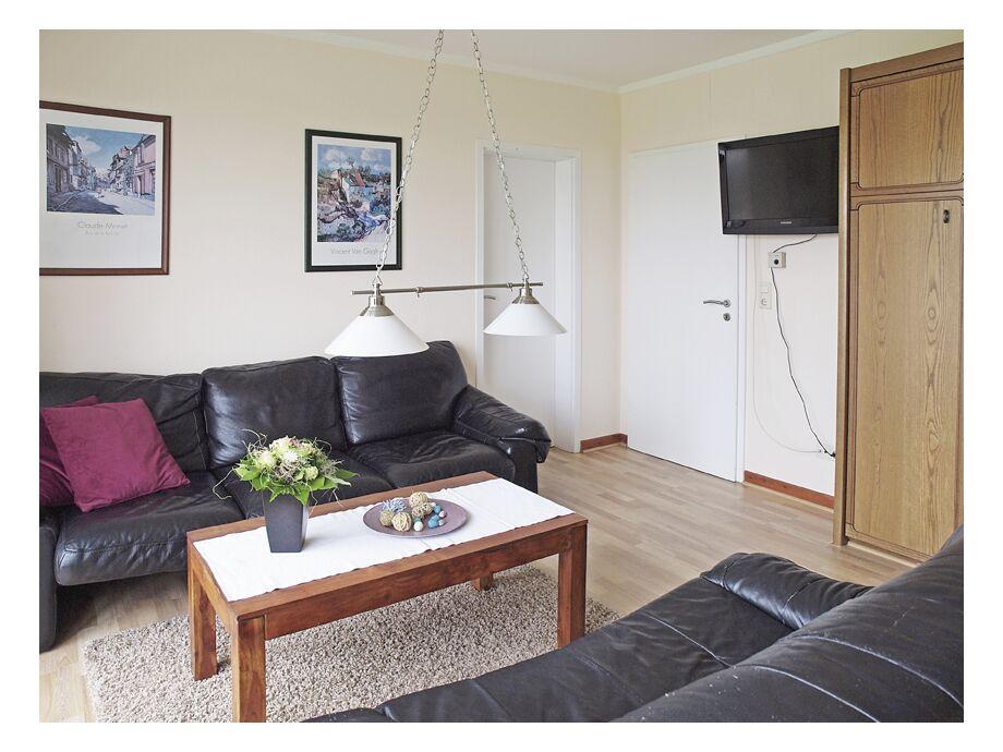 Wohnbereich mit großem TV