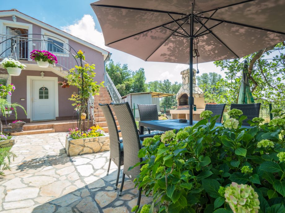 Garten mit Grill und Sitzplatz