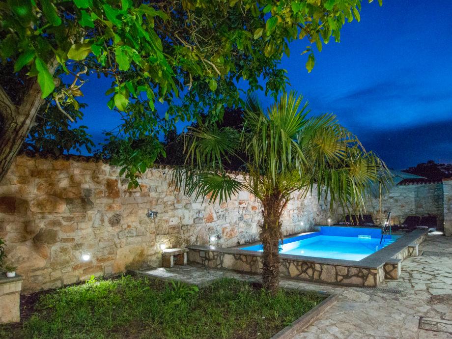 Nachtbild vom Garten und Pool