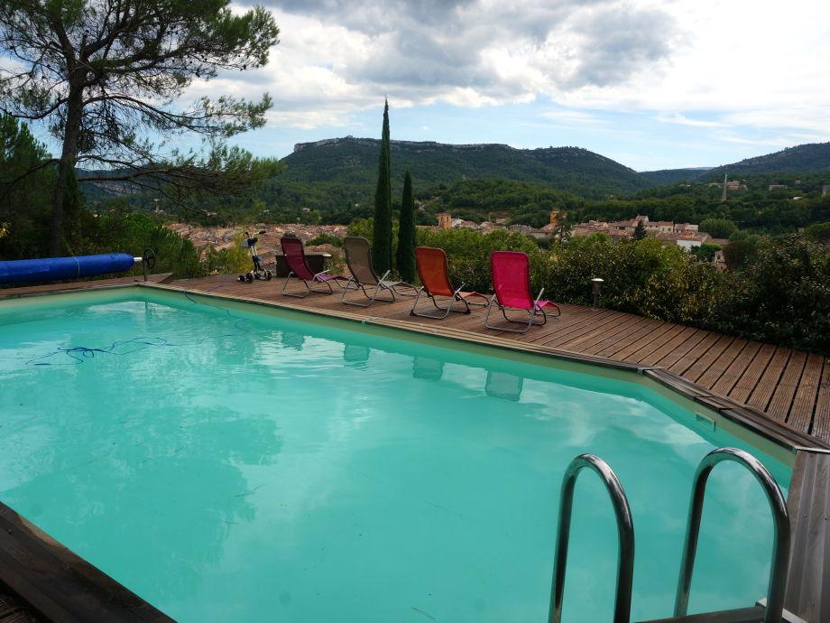 Pool mit Aussicht über das Dorf