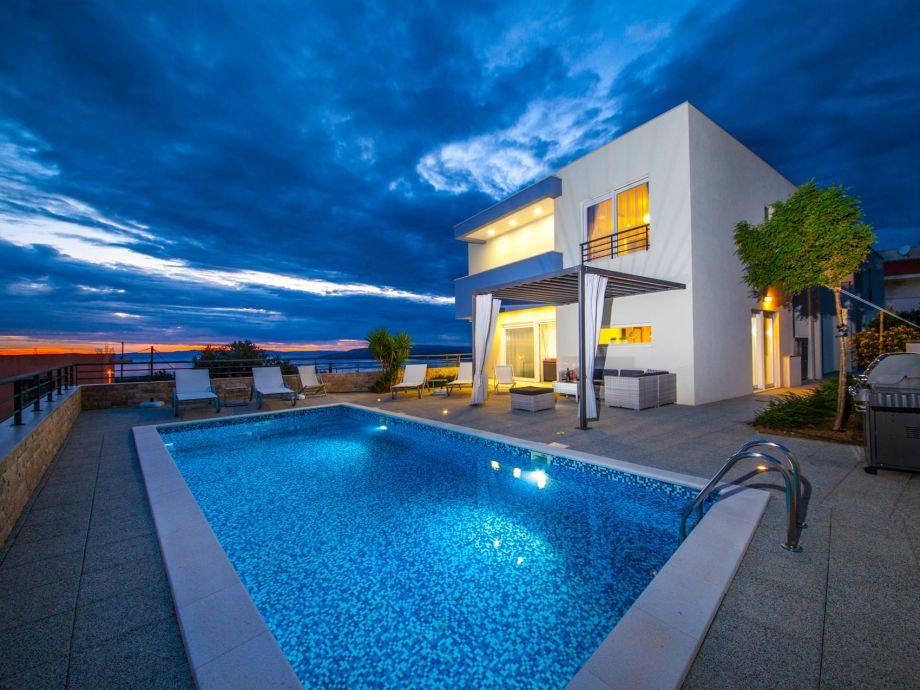 Blick auf das Ferienhaus und Pool