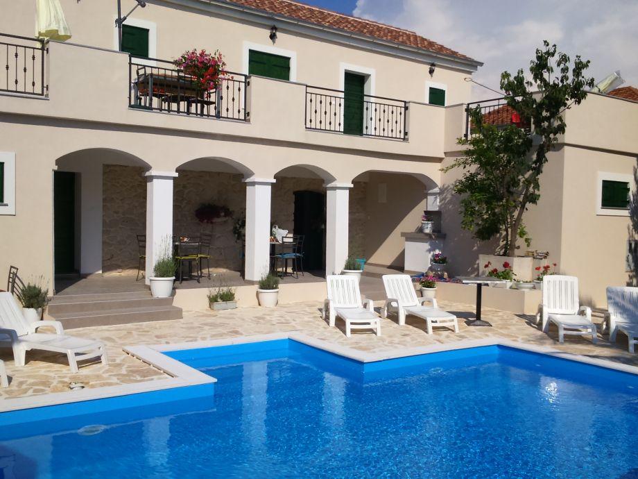 Steinhaus mit Pool
