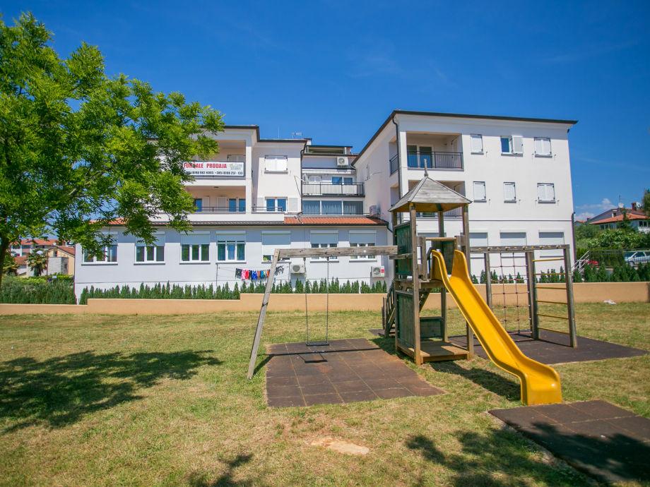 Das Gebäude mit dem Spielplatz