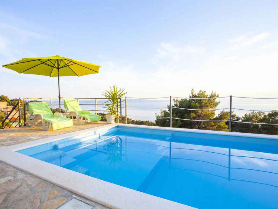 Der Pool mit Blick auf die Insel Hvar
