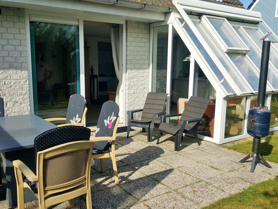 Die Terrasse mit Holzkamin