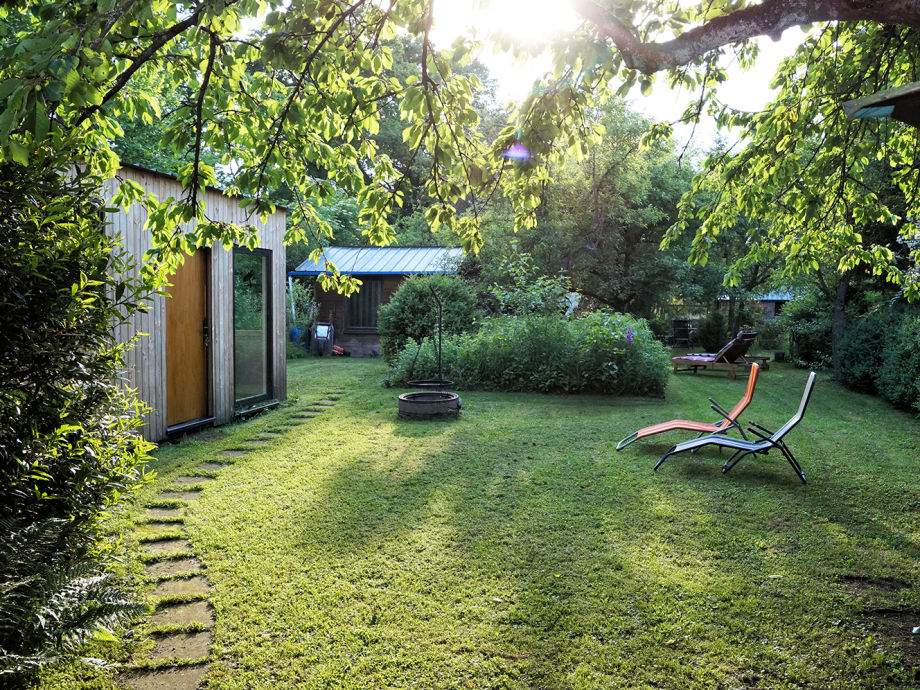 Blick in den Garten, mit Gartenhaus.