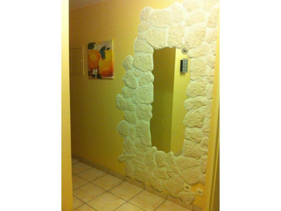Eingangsbereich mit dekorativem Spiegel