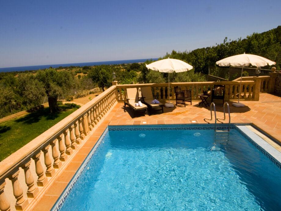 Pool und Terasse mit traumhaften Blick auf das Meer
