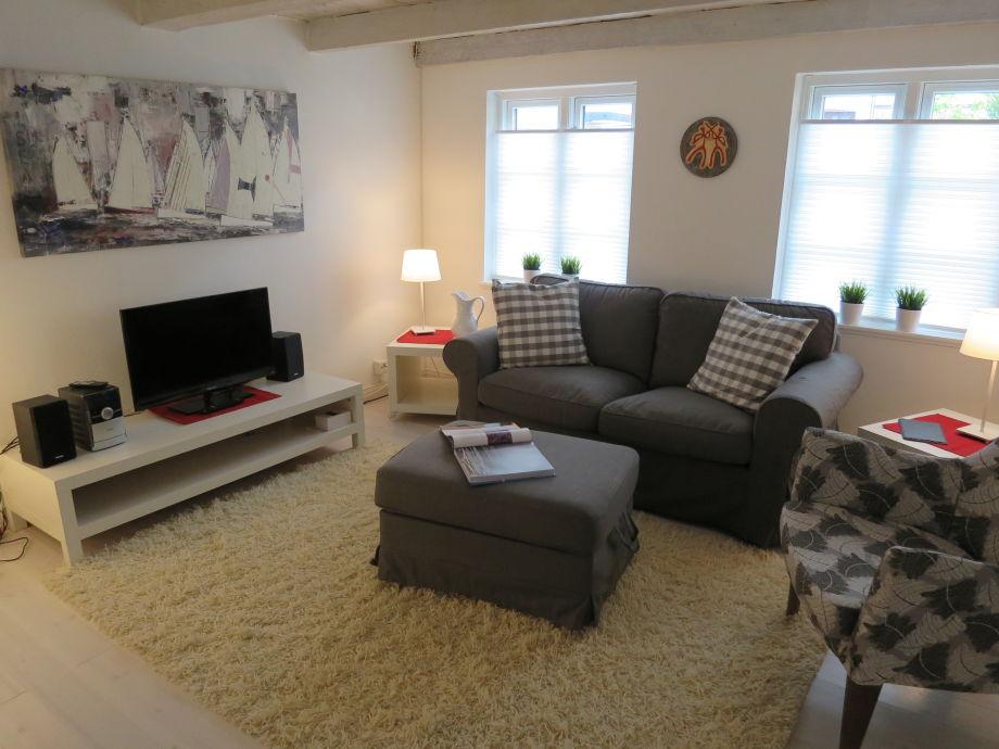 Das Wohnzimmer mit TV & gemütl. Sofa.