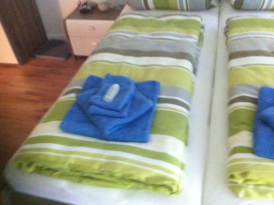 Bett Ansicht mit Handttücher