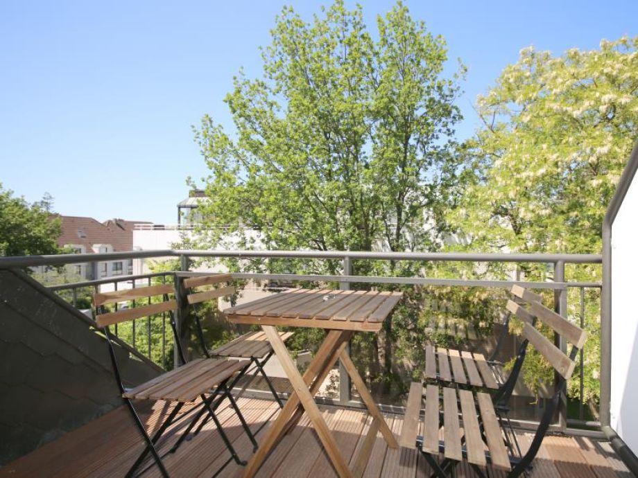 Entspannen Sie auf dem sonnigen Balkon