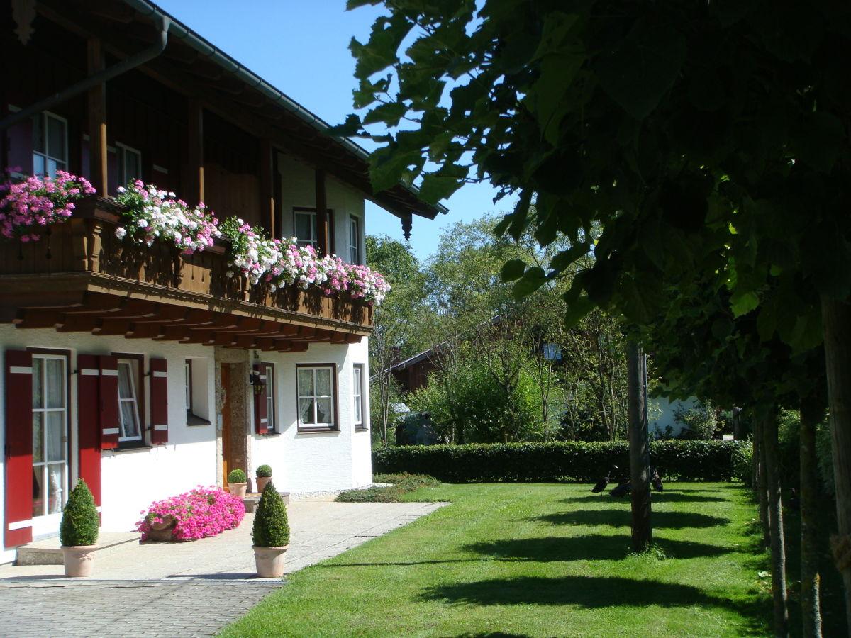 Ferienwohnung staufen im landhaus hochstaufenblick salzburger land berchtesgaden familie - Vorgarten eingangsbereich ...