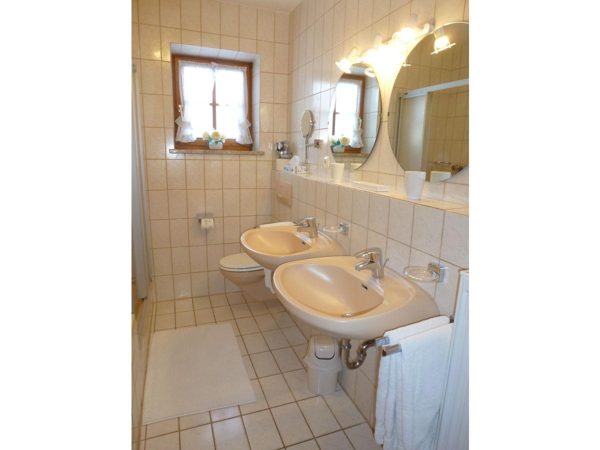 Ferienwohnung staufen im landhaus hochstaufenblick for Badezimmer mit dusche und wanne