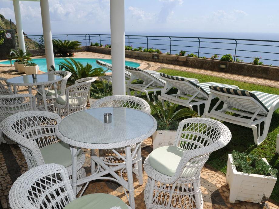 geräumige Terrasse mit Meerblick und Pool