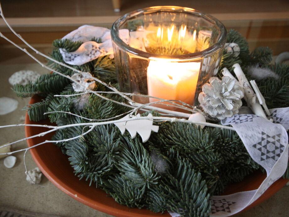 Ganz gemütlich in der Adventszeit, mit Kerzen, Keksen