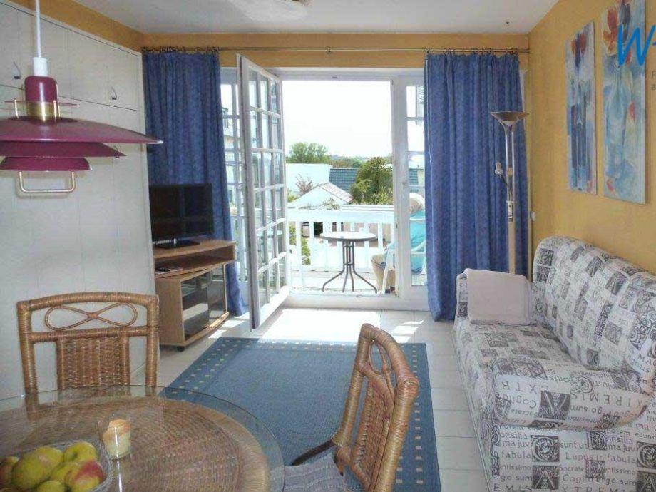 Gemütlicher Wohnbereich mit Zugang zum Balkon