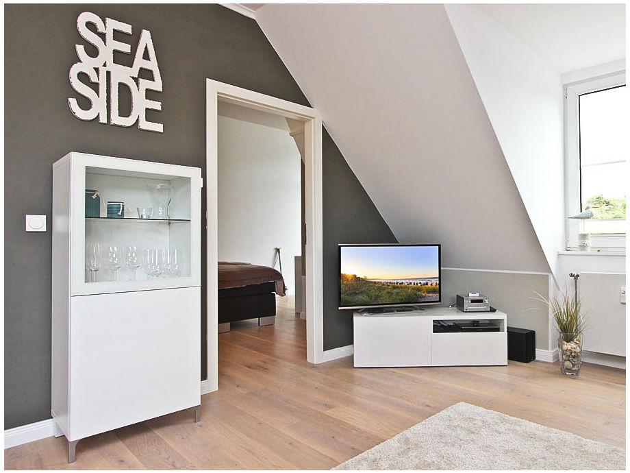 Flatscreen-TV und DVD-Player im Wohnzimmer