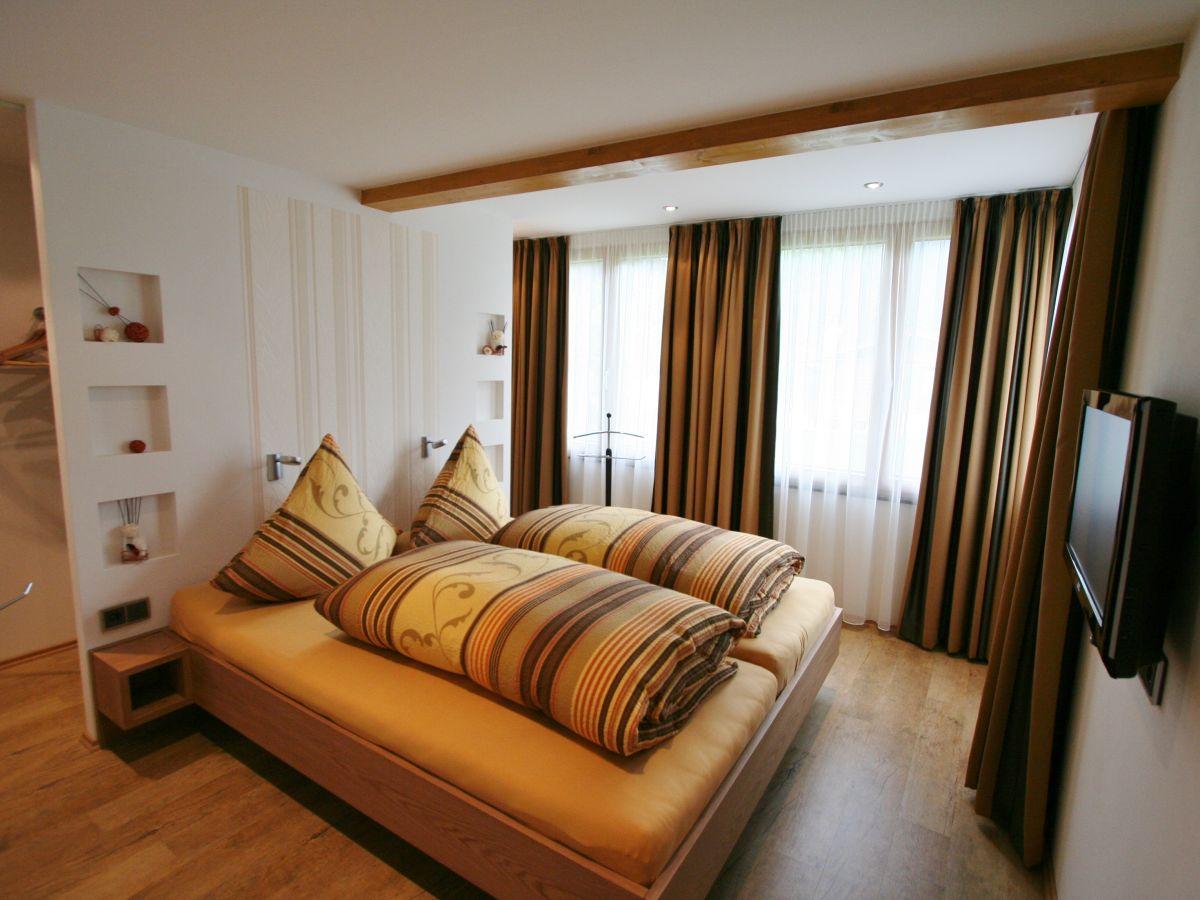 schlafzimmer mit begehbarem kleiderschrank. Black Bedroom Furniture Sets. Home Design Ideas