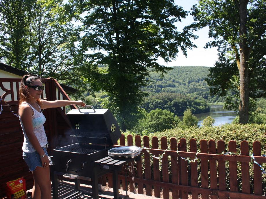 Terrasse mit Seeblick und großem Grill