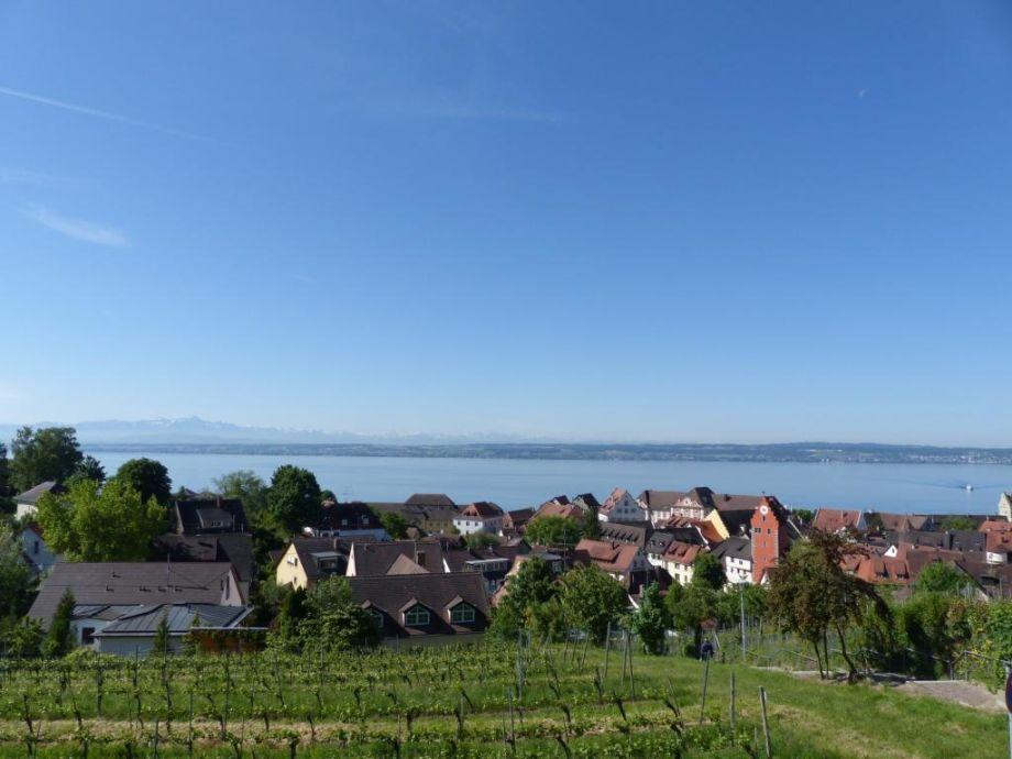 wunderschöner Blick auf Altstadt, See und Berge