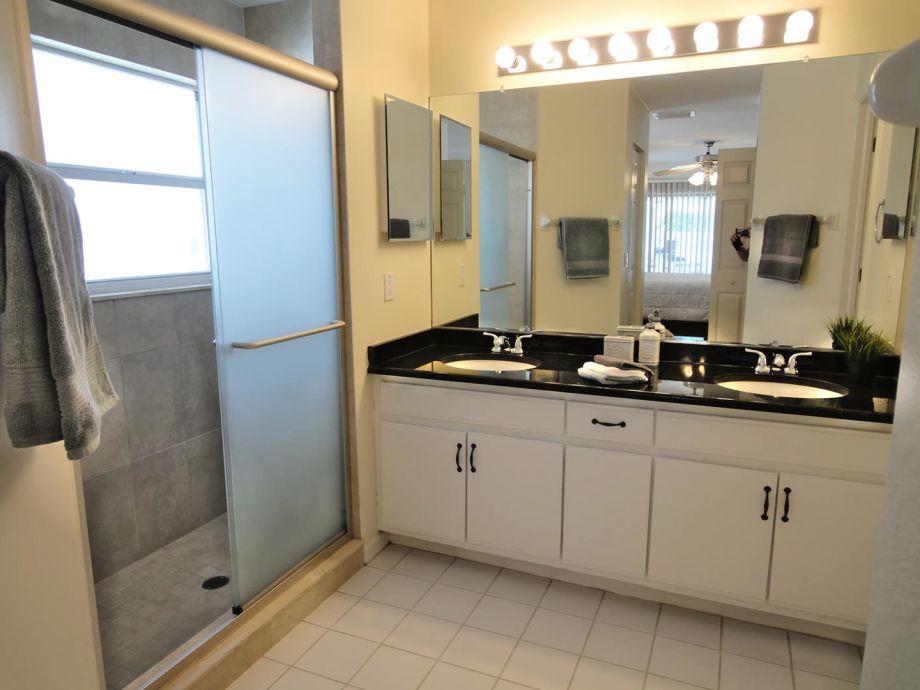 Gaste wc mit begehbarer dusche raum und m beldesign for Gaste wc mit dusche