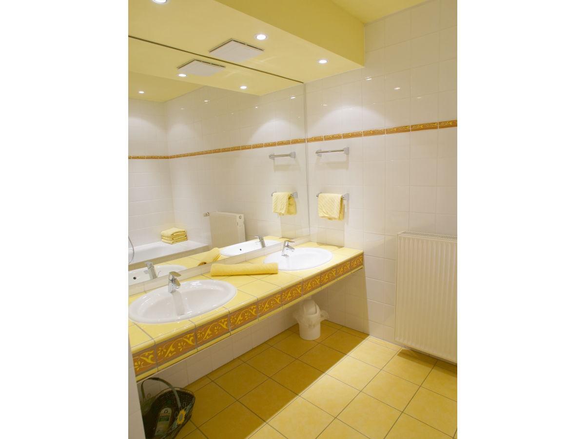 Badezimmer dusche und wanne raum und m beldesign for Badezimmer ideen wanne und dusche