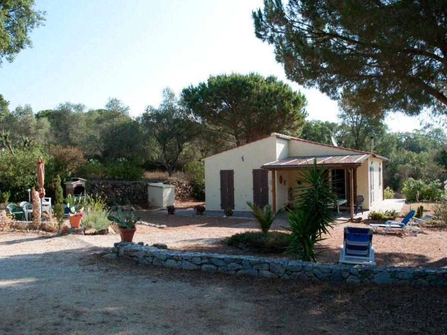 Haus Vorderansicht mit Terrasse