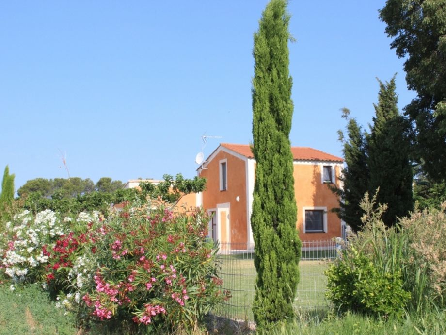 Maison orange mit Garten