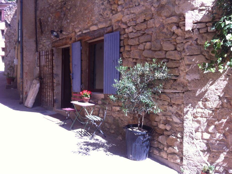 Sitzplatz vor dem Apartment in der Rue Flory