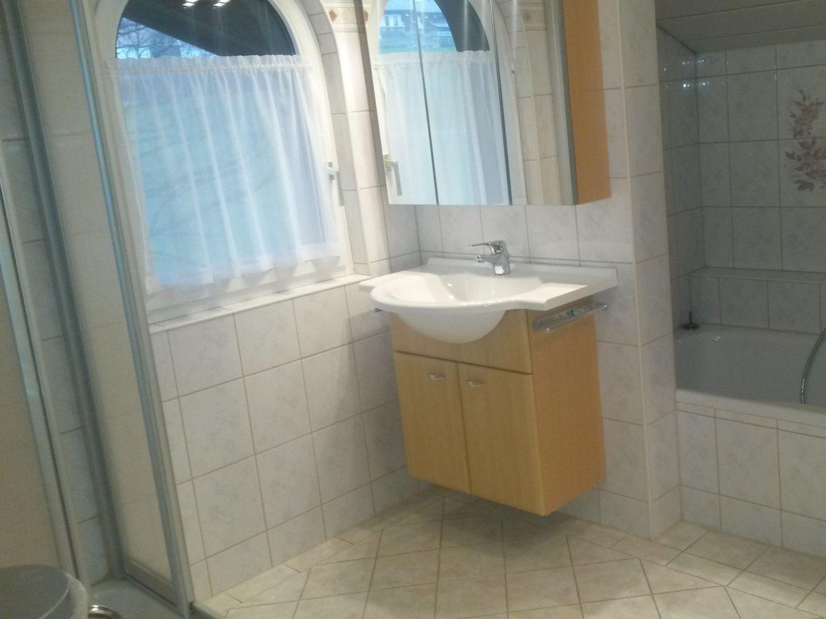 Ferienwohnung haus geier mondsee familie johanna geier - Badezimmer mit dusche und badewanne ...