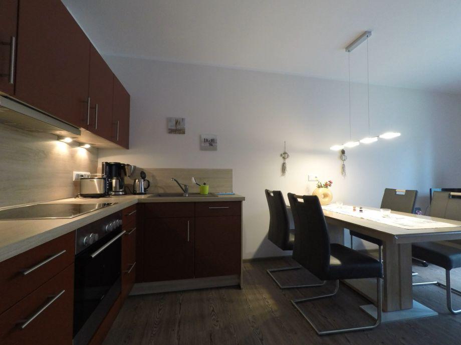 moderne offene Küche mit Essbereich