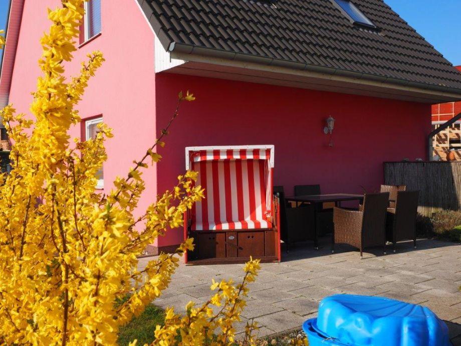 Terrasse mit einem Strandkorb und einer Sitzecke
