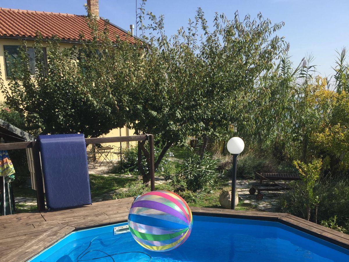 Ferienwohnung im landhaus domus solis 2 marken frau caroline duelli - Pool und garten ...