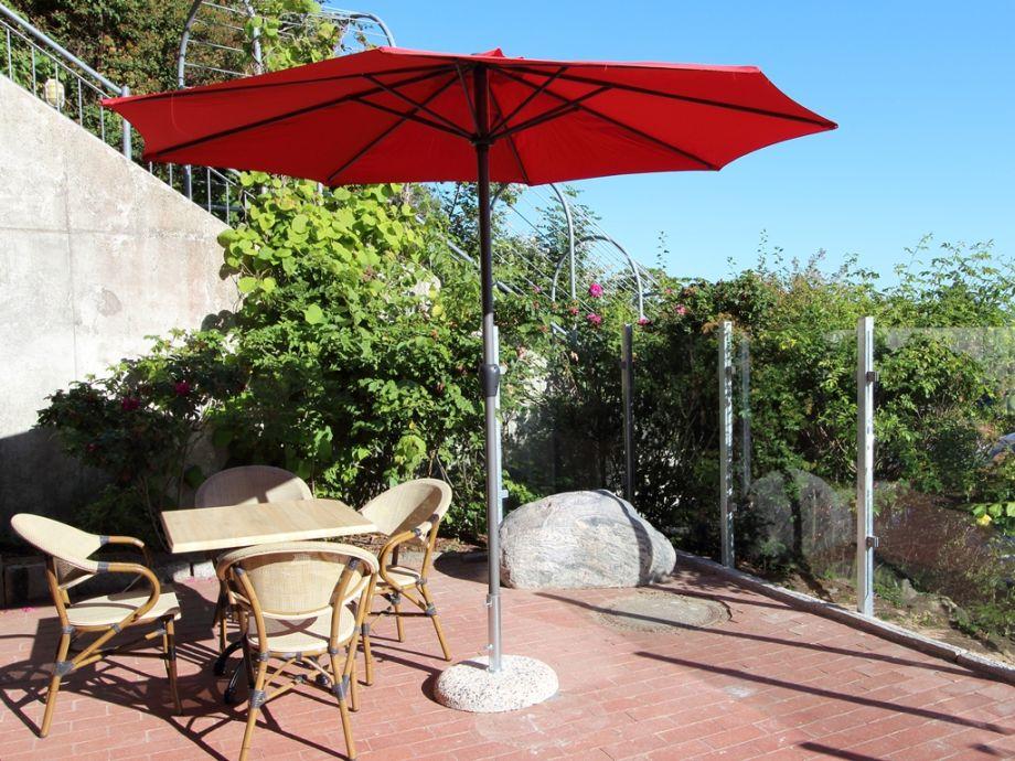 Möblierte Terrasse mit einem Sonnenschirm