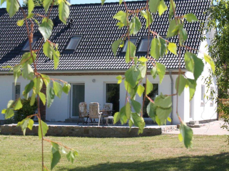 Blick aus dem Garten auf die Ferienhaushälfte