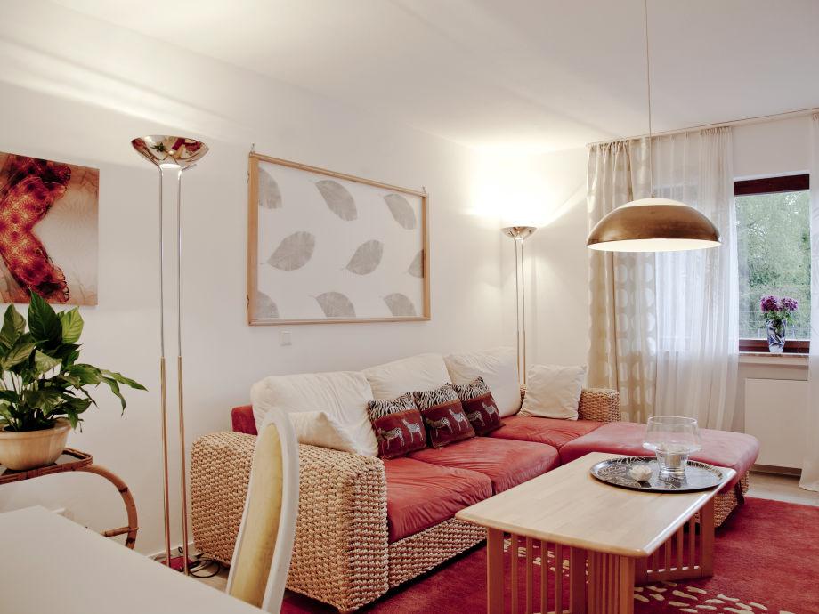 Wohnraum mit bequemer, ausziebarer Schlafcouch