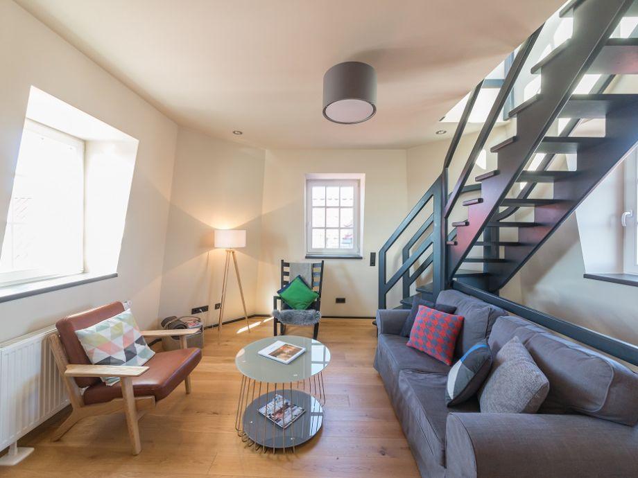 Wohnzimmer mit Treppenaufgang zum Turmzimmer