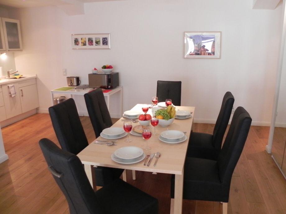 Großzügiger Wohn- und Essbereich für 8 Personen ©StayHamburg