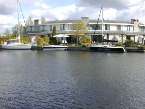 Holiday house en boat charter Lemmer