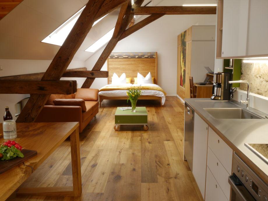 Blick von der Küche bis zum offenen Schlafbereich