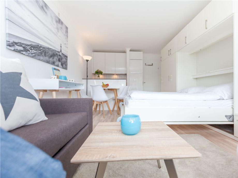 """Ihr gemütlicher Wohnbereich mit Doppel-Schrankbett, dass sich sehr leicht auf und abbauen lässt in Ihrem Appartement """"Herzmuschel"""" in Wenningstedt."""